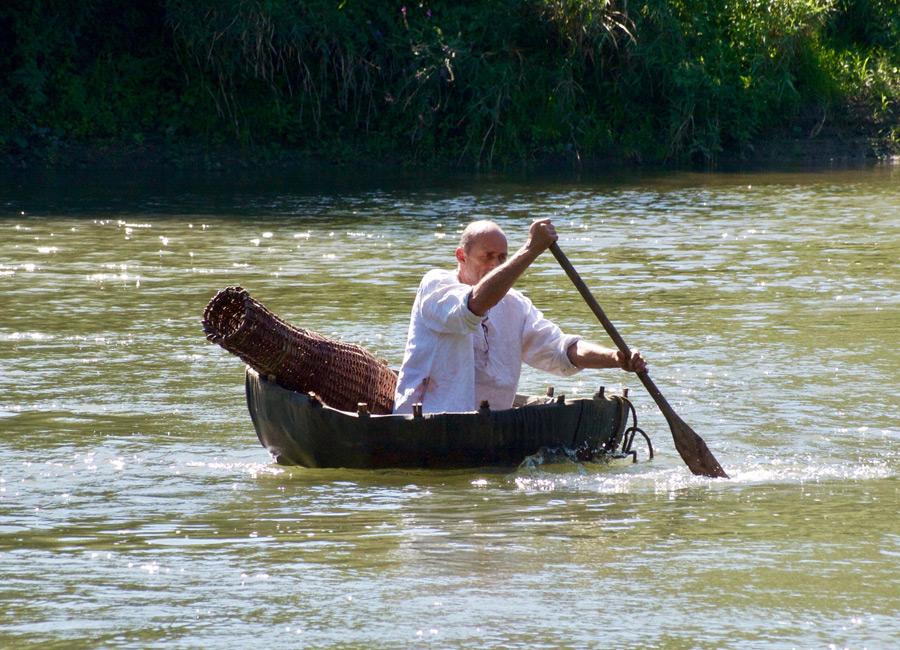 La navigation en coracle au Village Gaulois