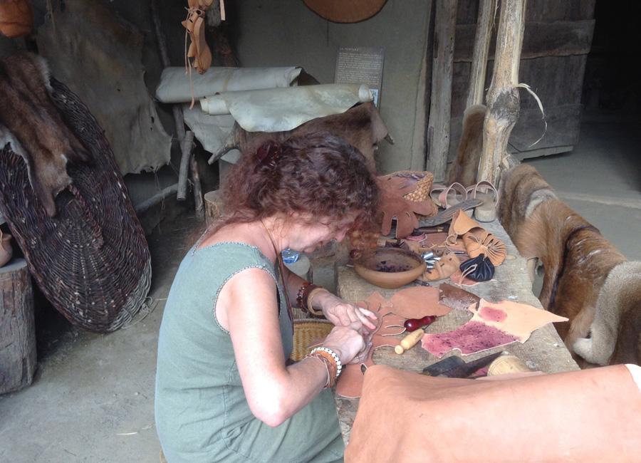 L'artisan qui travaille le cuir du Village Gaulois